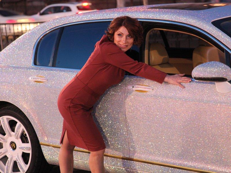 У Казахстані через кризу жінка виставила на продаж Bentley в стразах - фото 1